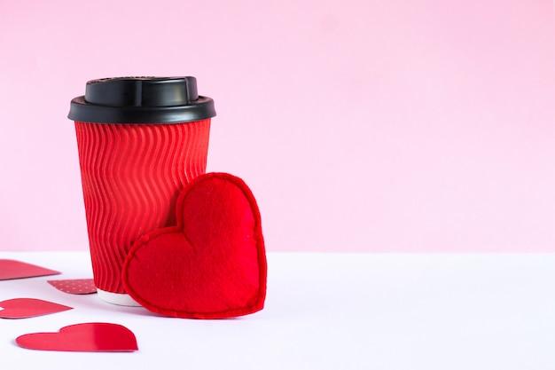 Rode kop koffie en rood hart