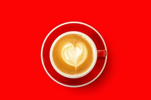 Rode kop, latte-koffiehart op houten lijst wordt gevormd die