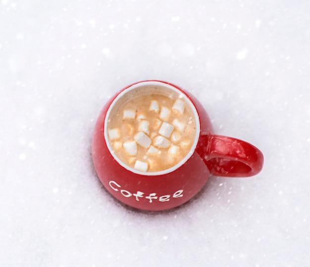 Rode kop met warme koffie en marshmallow