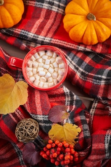 Rode kop thee met marshmallows. platte knuffelstijl met hete thee. herfststemming, opwarmend drankje.