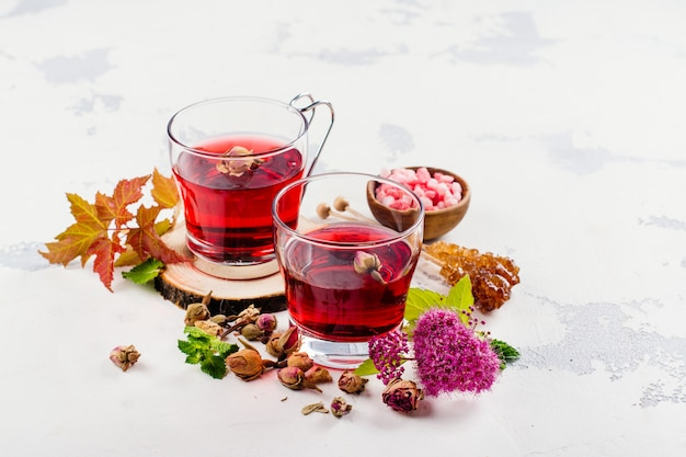Rode kruidenthee met kruiden en bloemen