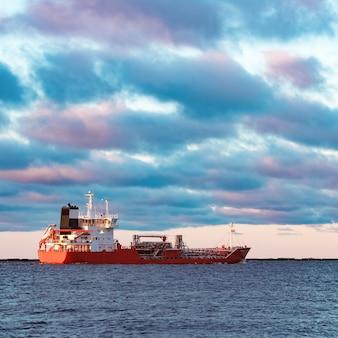 Rode lading olietanker die naar de oostzee verhuist