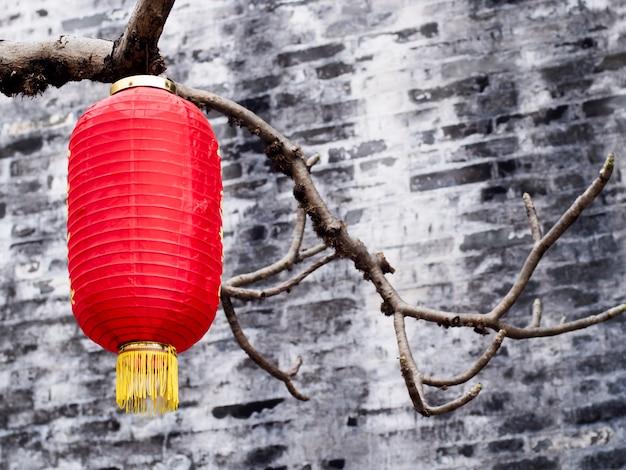 Rode lantaarn opknoping voor viering in chinees nieuwjaar achtergrond met kopie ruimte
