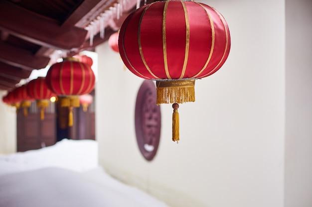 Rode lantaarns in vietnamese boeddhistische tempel op winterdag