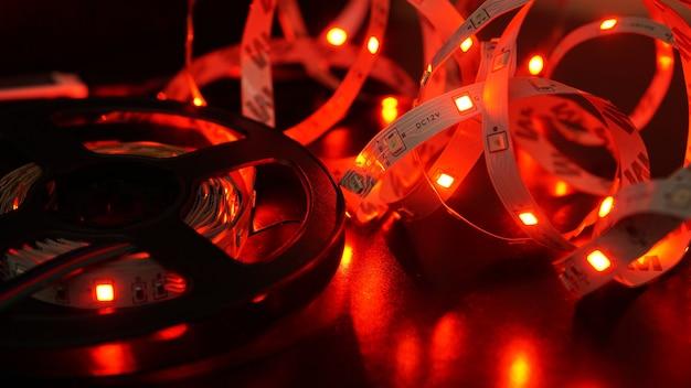 Rode led-verlichting. neon led-strip en spoel op een zwarte achtergrond