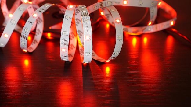 Rode led-verlichting. neon led-strip op een zwarte achtergrond