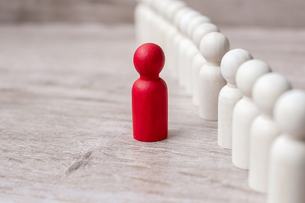 Rode leiderszakenman met menigte van houten mensen. leiderschap, business, team, teamwork en human resource management