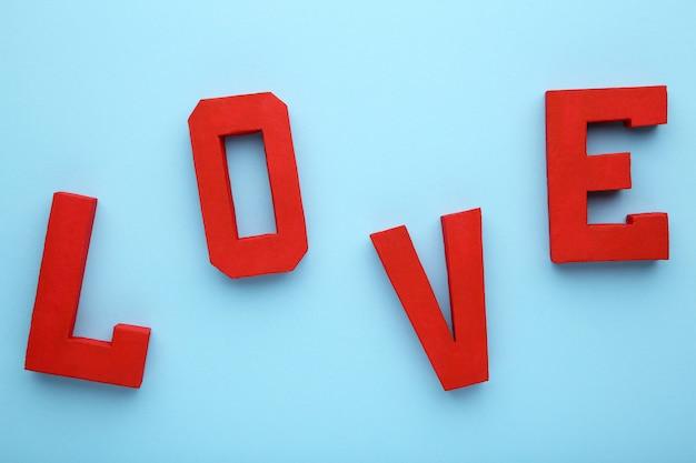 Rode letters liefde op blauw, liefde woord.