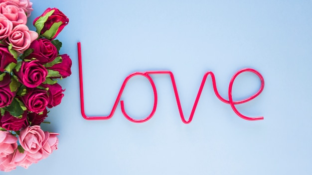 Rode liefde die dichtbij rozen schrijft