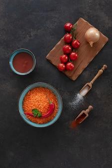 Rode linzen, tomaten, ui, tomatenpuree en kruiden, ingrediënten voor het koken van roomsoep