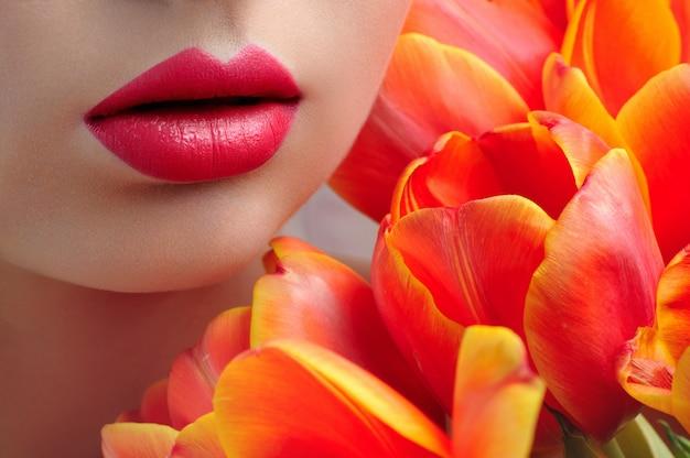 Rode lippen close-up, bloemen tulpen