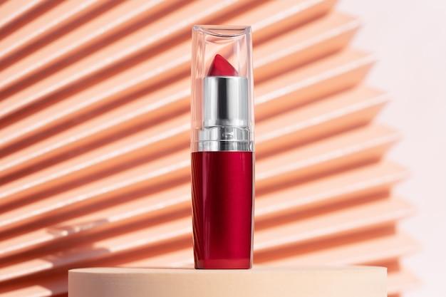 Rode lippenstift buis mockup showcase voetstuk
