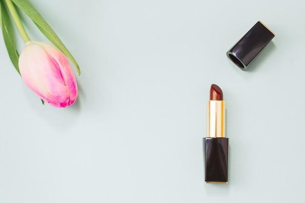 Rode lippenstift naast een flowet