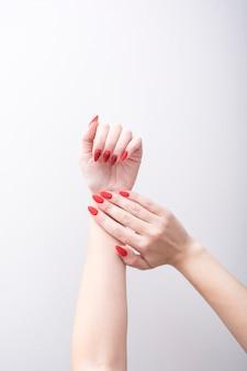 Rode manicure met een patroon