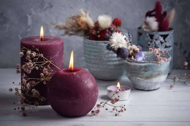 Rode marsala boeket droge bloemen in tinnen vaas op witte houten tafel. kopieer ruimte voor tekst, voor begroeting, uitnodiging