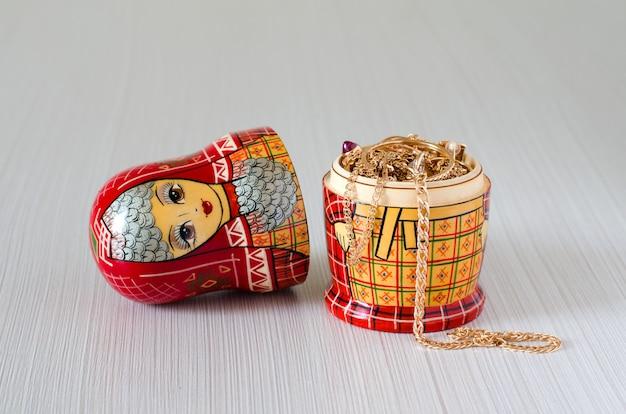 Rode matryoshka. gouden sieraden in de pop