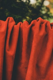 Rode matte achtergrond van suède stof. fluwelen textuur van naadloos leer. vilten materiaal.