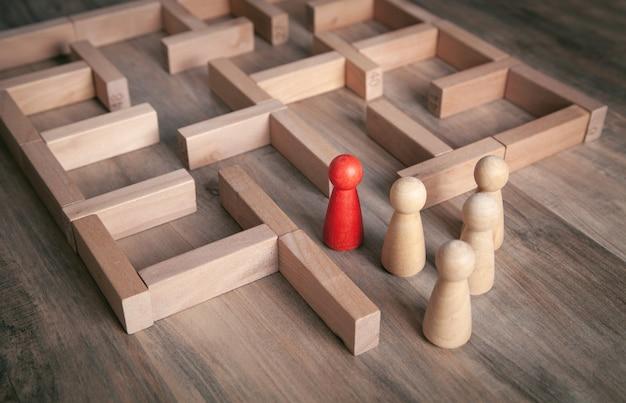 Rode menselijke figuur staande in het labyrint.
