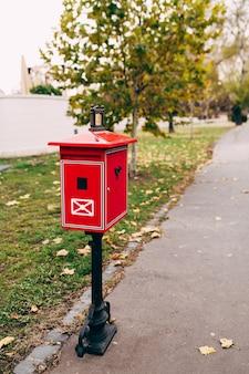 Rode metalen brievenbus op straat. onscherpe achtergrond. hoge kwaliteit foto