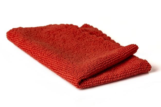 Rode microvezeldoek voor het schoonmaken van ruimtes. huishoudelijk werk en kantoorwerk. isoleren.