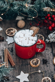 Rode mok cacao met marshmallows in een nieuwjaarsomgeving. gezellig vakantieconcept.