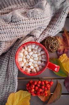 Rode mok met cacao en marshmallows. herfststemming, opwarmend drankje. gezellige sfeer