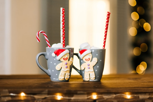 Rode mok met warme chocolademelk met gesmolten marshmallow sneeuwpop