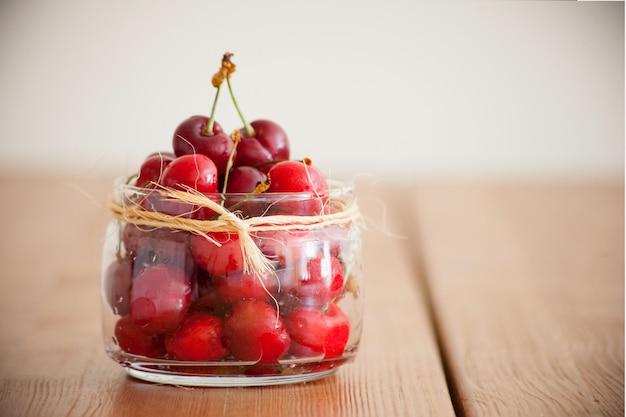 Rode morellokersen - zomerbessen op een houten tafel. verse rode hartkersen. fruit en vitamines. gezonde voeding