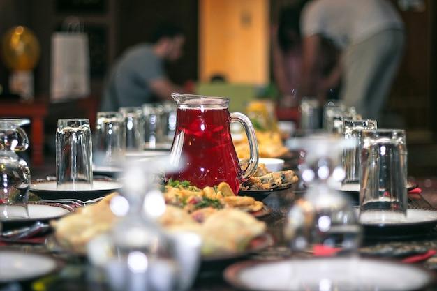 Rode mors in een kruik een tafel in het midden-oosten geserveerd in café.
