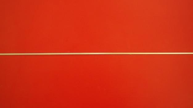 Rode muur als achtergrond met witte horizontale lijn.