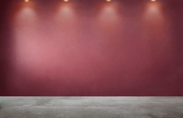 Rode muur met een rij van schijnwerpers in een lege ruimte