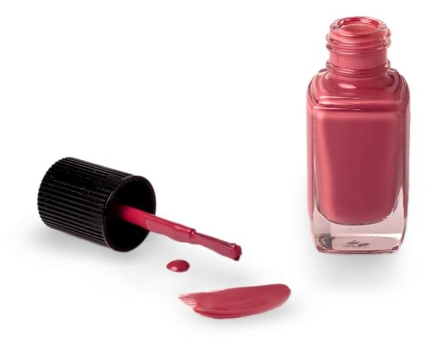 Rode nagellak met een borstel op het witte oppervlak