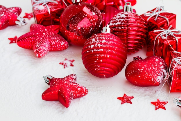 Rode nieuwe jaarballen en sterren