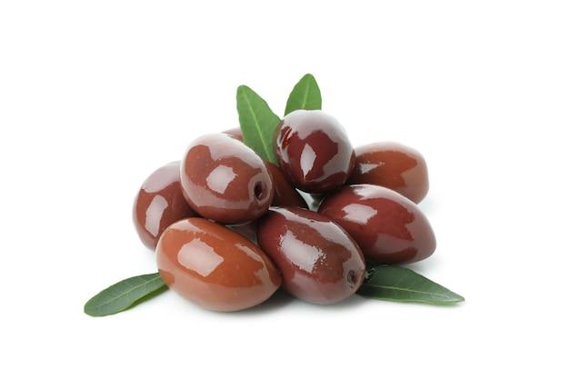 Rode olijven met bladeren geïsoleerd op een witte achtergrond