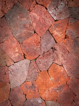 Rode ongelijke grote stenen