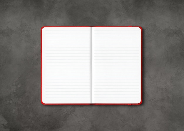 Rode open bekleed notebook mockup geïsoleerd op donkere betonnen achtergrond