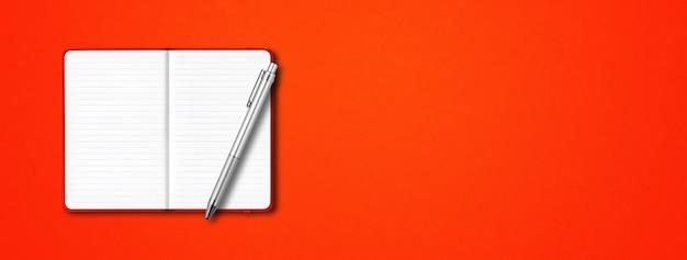 Rode open bekleed notebook mockup met een pen geïsoleerd op kleurrijke achtergrond horizontale banner