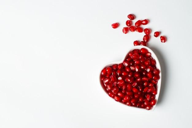 Rode organische smakelijke granaatappelzaden met liefde