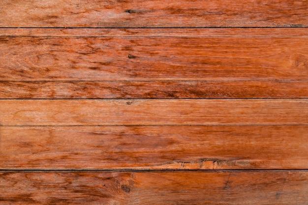 Rode oude doorstane houten tafel