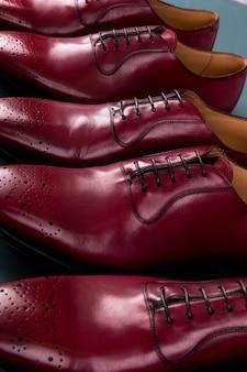 Rode oxford schoenen op blauw. drie paar brogues. detailopname