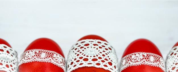 Rode paaseieren op een witte achtergrond Premium Foto