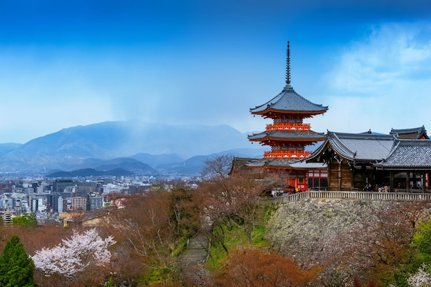 Rode pagode en stadsgezicht van kyoto in japan.