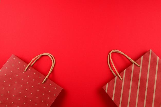 Rode pakketten met strepen op een rood
