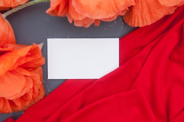 Rode papavers op houten tafel met lege ruimte wit visitekaartje business