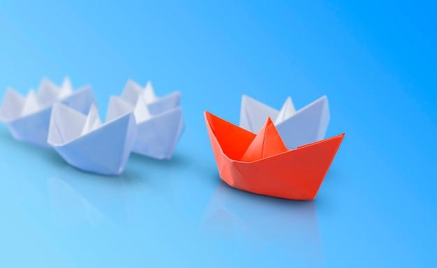 Rode papieren boot voor de witte. blauwe achtergrond