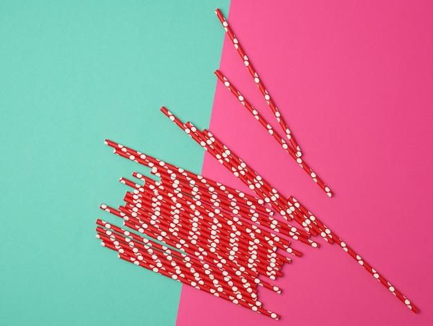 Rode papieren buizen voor een cocktail op een multi-coloured