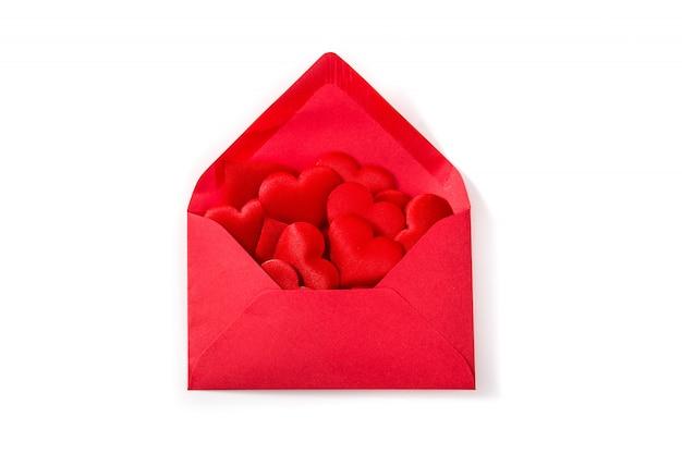 Rode papieren envelop met harten binnen geïsoleerd op witte achtergrond valentijnsdag concept