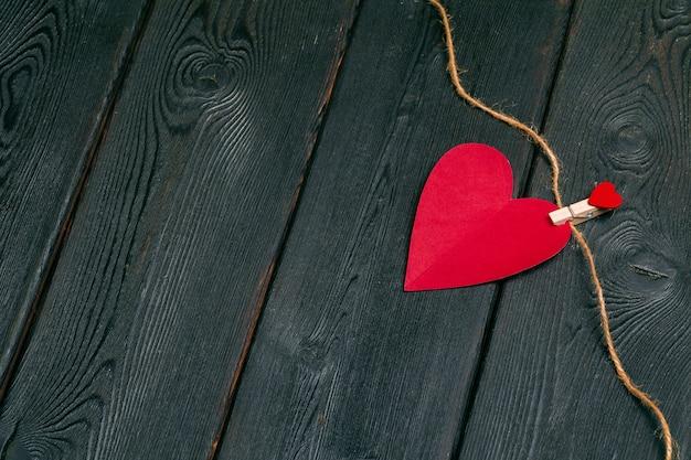 Rode papieren harten media houden van het zetten van oude houten