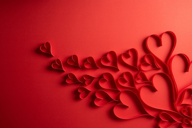 Rode papieren harten op rood papier