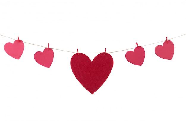 Rode papieren harten opknoping op de waslijn